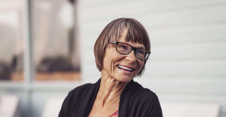 mujer con lentes sonriendo