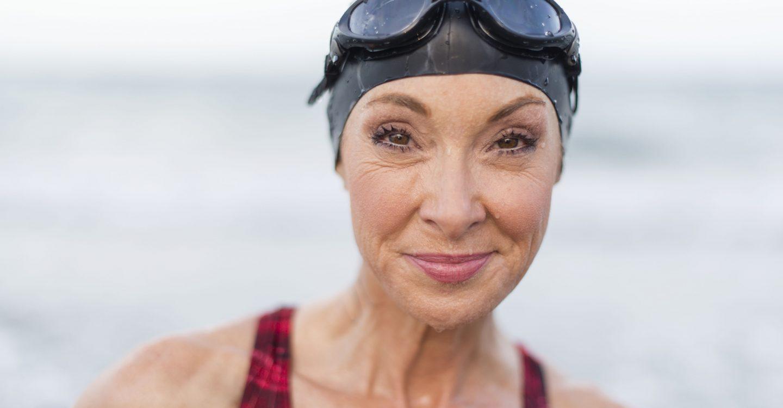 mujer de edad con accesorio de natacion