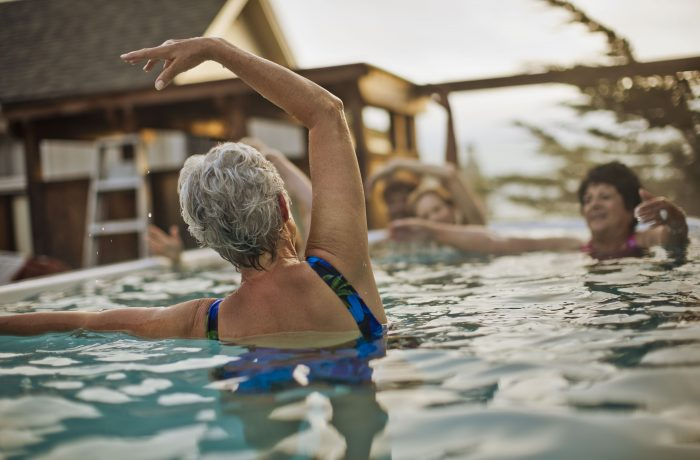 personas bañandose en una piscina