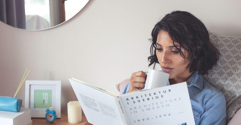 mujer leyendo y tomando Cartilar