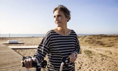 mujer de edad con bicicleta, mostrando los beneficios del colágeno