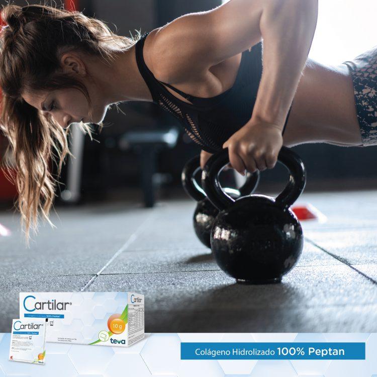 Mujer sosteniendo haciendo pesas, frente a ella una caja de Cartilar