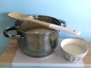 mezcla en olla con cuchara de palo