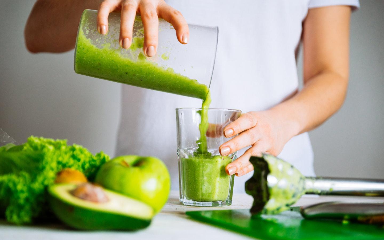 zumo de verduras verdes en vaso con Cartilar